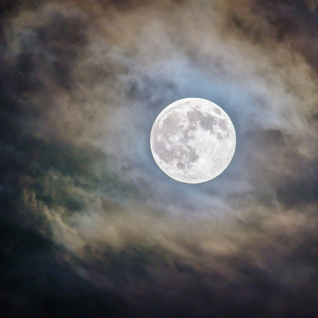 Mond am dunklen Nachthimmel - Quelle: unsplash.com, Foto: Ganapathy Kumar